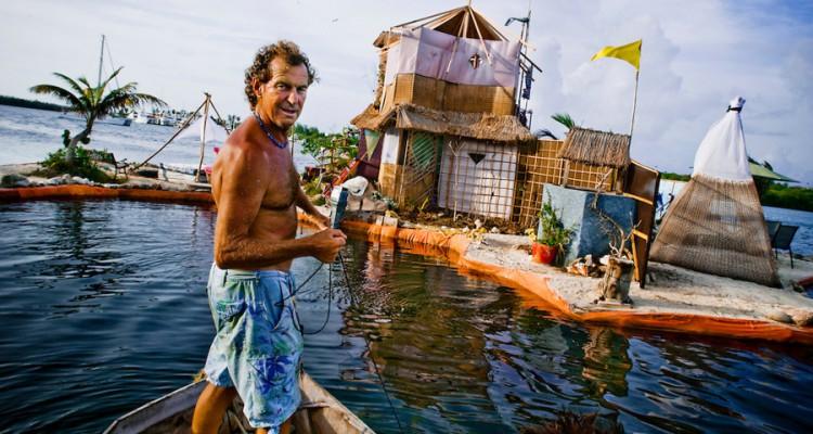 Músico Inglés vive en su Isla hecha de 300.000 Botellas de plástico al sur de Cancún (México) 1_Island-Made-of-Plastic-750x400