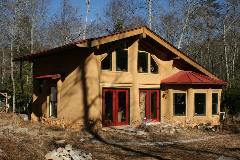 Una cooperativa construye casas con barro a través de los créditos Procrear