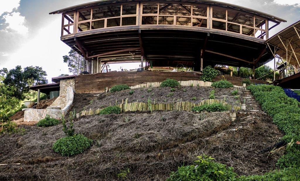 , Casa autosuficiente hecha con bambú y técnicas de bioconstrucción