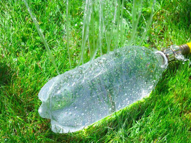 , Guarda tus botellas de plástico: ¡Pueden ser muy útiles en el jardín!