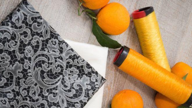 Crean seda sustentable a partir de pulpa de naranja de descarte