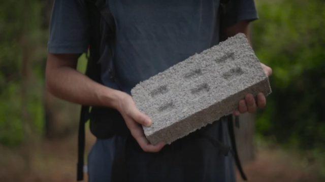 Tres amigos fabrican ladrillos a partir de envases plásticos