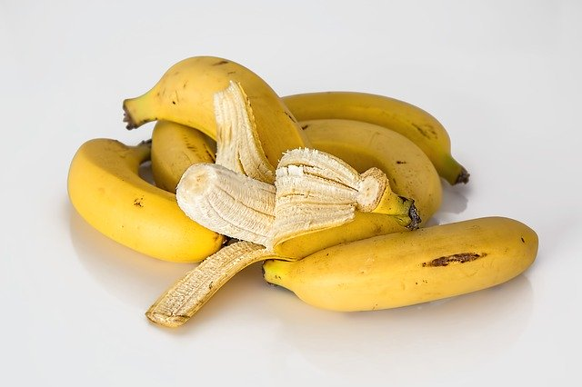 usos de las cáscaras de banana en el huerto