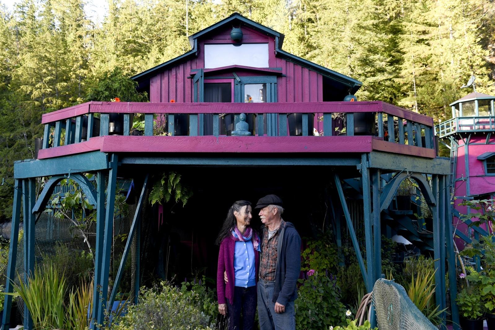 Sin dinero para comprar tierras, construyen su casa flotante en el río