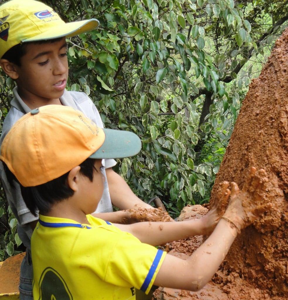 , Manuel (10) y Juan (6) Construyeron su horno de barro en Ecuador