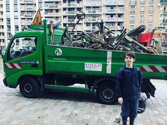 El niño de 10 años que limpia el río Sena con imanes ya ha recogido 7 toneladas de desechos