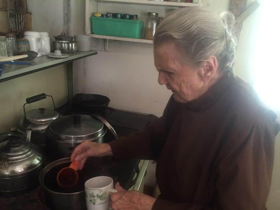 , Mujer de 88 años vive fuera del sistema de forma autosuficiente desde 1960