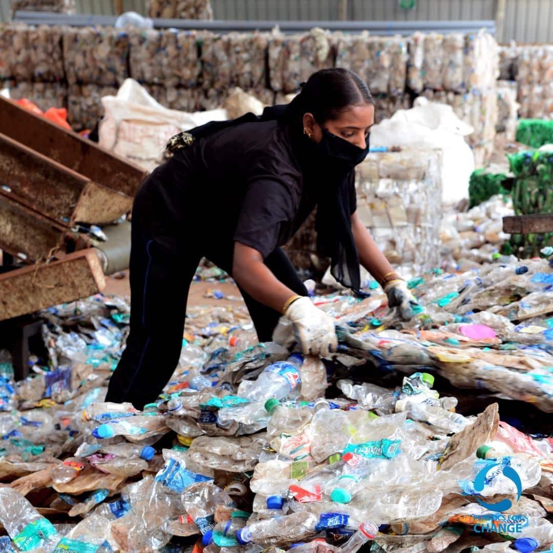 , Mujer en India construyó su casa con plástico 100% reciclado en tan solo 10 días
