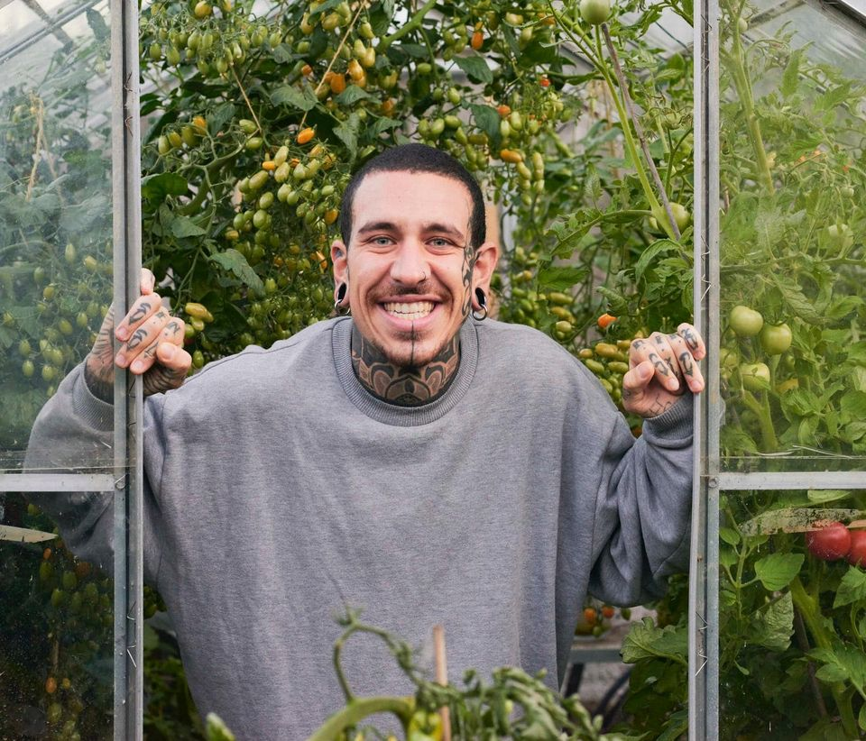 , Lleva 9 meses sin salir al mercado y enseña a hacer un huerto en casa