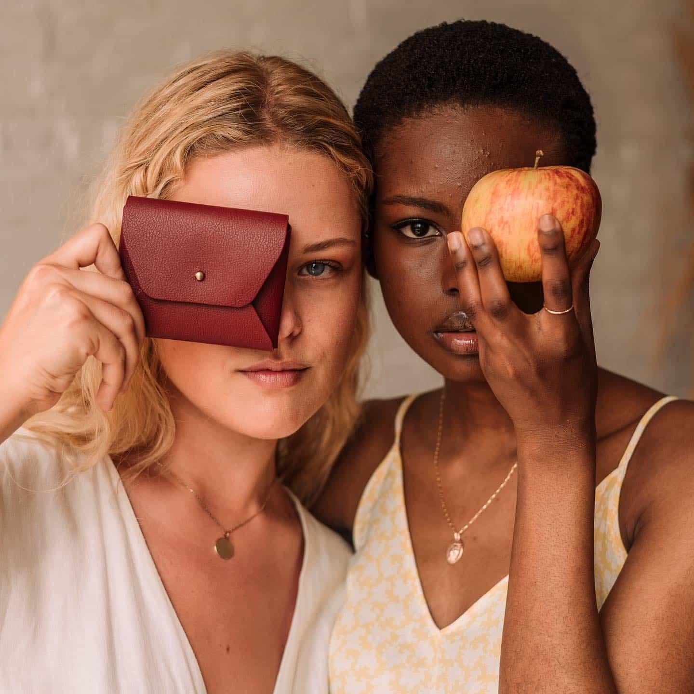 , Diseñadoras fabrican Cuero Vegano hecho con Cáscaras de Manzana