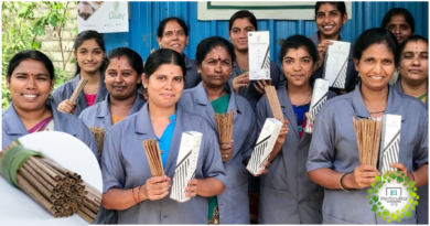 , Mujeres en India fabrican 10.000 pajitas por día con las hojas de Coco caídas