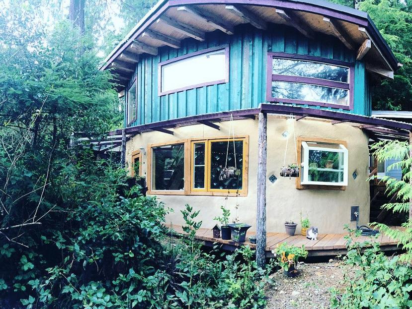 , Canadiense construyó la casa de sus sueños con tierra y Materiales recuperados
