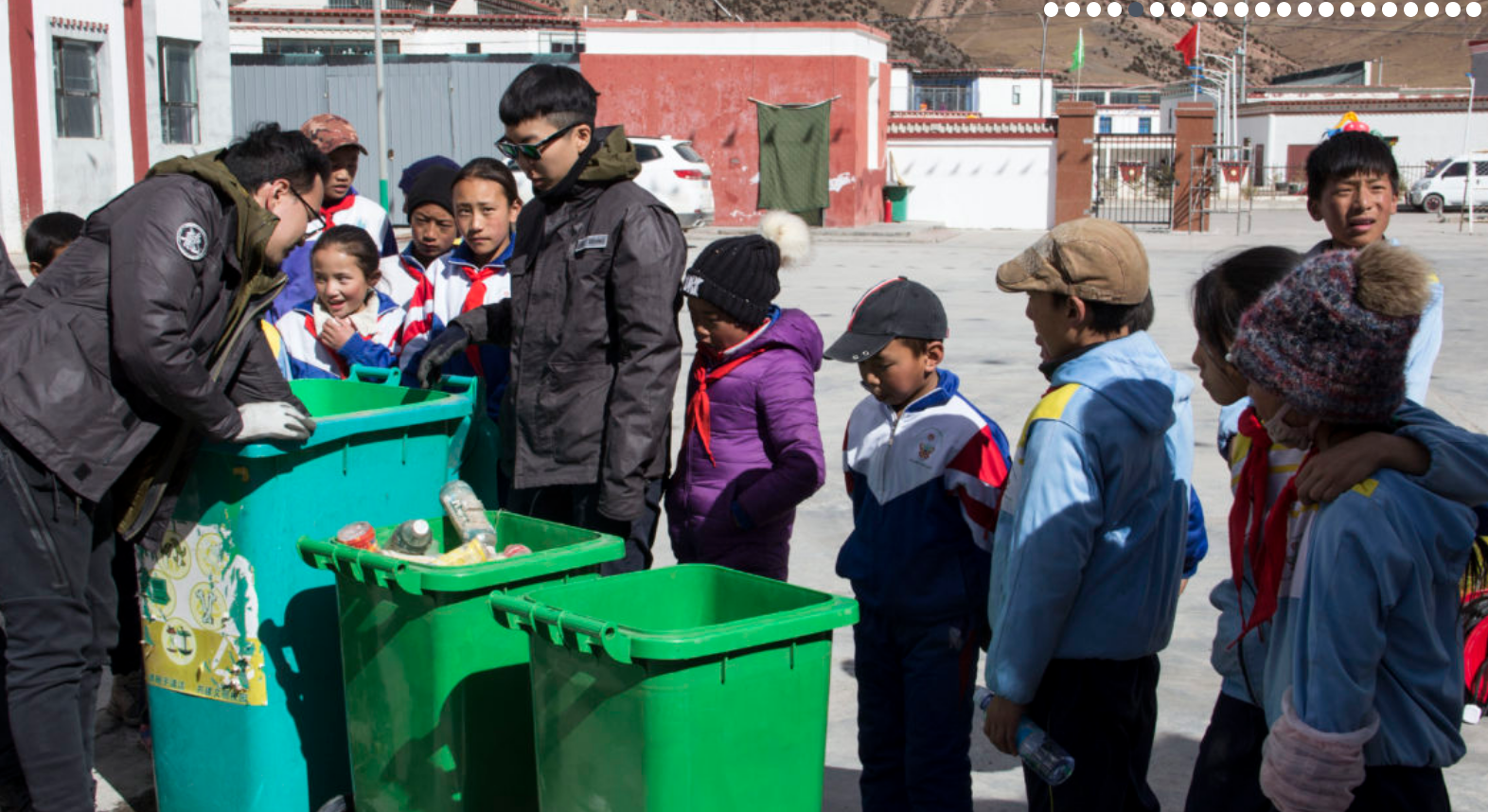 , Trashpresso, una planta de reciclaje móvil y solar que transforma residuos plásticos en baldosas
