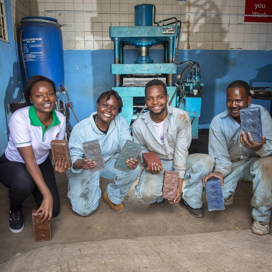 , Keniana convierte desechos plásticos en ladrillos más resistentes que el Hormigón