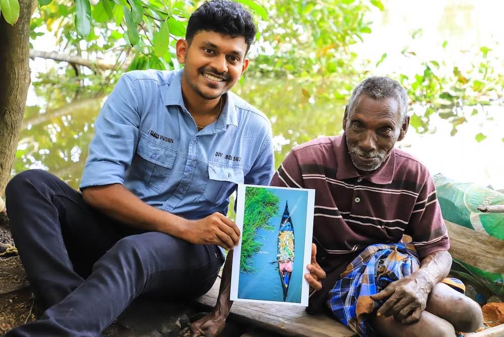 , La foto de un hombre paralítico que limpia plásticos del rio se vuelve viral y lo bañan con regalos para mejorar su vida