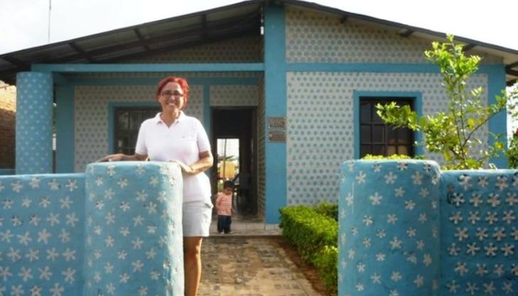 , La mujer que ha ayudado a crear más de 300 casas con Botellas recicladas y va por más